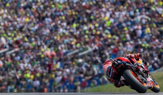 <p>Marc Marquez (Spanien, Repsol Honda Team) fährt auf der Strecke vor einer Zuschauertribüne.</p>
