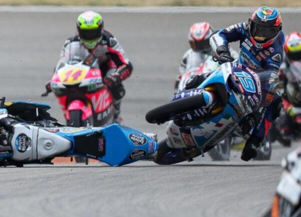 <p>...stürzt über das Motorrad des Fahrers Alonso Lopez (Spanien, Estrella Galicia 0,0 Team).</p>