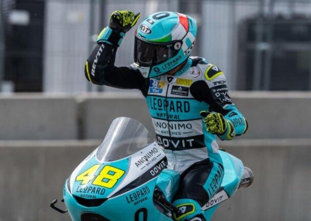<p>Lorenzo Dalla Porta bejubelt seinen Sieg in der Moto3.</p>