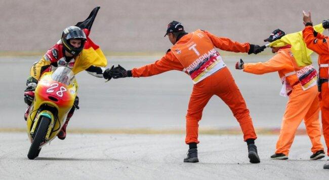 <p>Dirk Geiger (Kiefer Racing Team) bedankt sich nach dem Rennen bei den Streckenposten.</p>