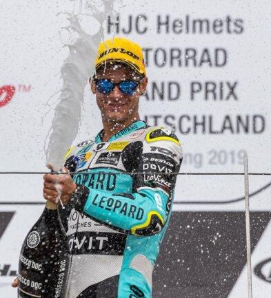 <p>Lorenzo Dalla Porta (Italien, Leopard Racing) spritzt nach seinem Sieg auf dem Siegerpodest mit Champagner.</p>