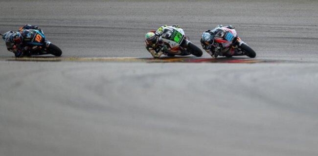 <p>Fahrer Marcel Schrötter (Deutschland, Dynavolt Intact GP Team) führt einige Runden nach dem Start das Fahrerfeld an.</p>