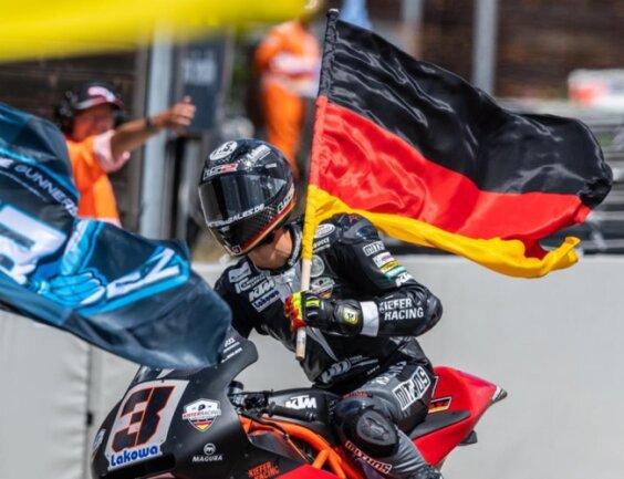 <p>Platz 3 für Marcel Schrötter. Jubelnd fuhr er nach dem Rennen über die Strecke.</p>