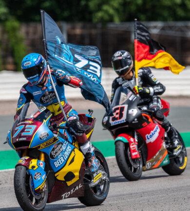 <p>Alex Marquez (Spanien, EG 0,0 Marc VDS Team, l) fährt nach seinem Sieg in der Moto2 vor Lukas Tulovic (Deutschland, Kiefer Racing KTM) seine Ehrenrunde.</p>