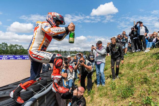 <p>Darauf Champagner! Marc Marquez feiert seinen Sachsenringsieg.</p>