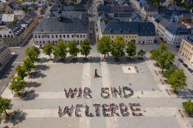 """<p>Und auf dem Marktplatz in Marienberg gestalteten mehrere hundert junge Leute den Schriftzug """"Wir sind Welterbe"""".</p>"""