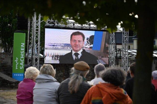 <p>Übertragung aus Baku: Ministerpräsident Michael Kretschmer auf der Großleinwand in Olbernhau.</p>