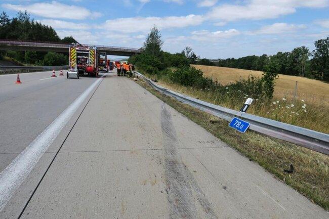<p>Gleichzeitig wurde der Unfallort abgesichert und wegen auslaufendem Benzin eine Brandsicherung gestellt.</p>