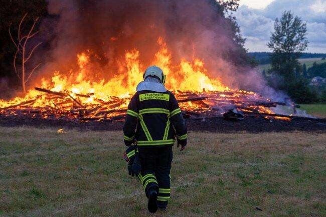 <p>Am Freitagabend hat ein Blitzschlag einen Scheunenbrand auf einem Feld nahe des Auerbacher Flugplatzes ausgelöst.</p>