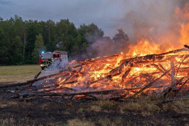 <p>Die Feuerwehren aus Ellefeld, Falkenstein und Auerbach mussten die Scheune kontrolliert abbrennen lassen.</p>