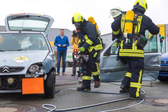 <p>Mit hydraulischen Geräten wurde das verunfallte Auto aufgeschnitten.</p>