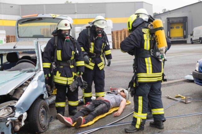 <p>Nachdem die Fahrertür entfernt wurde, konnte die verletzte Person befreit werden. Bei der Übung kam Kunstblut zum Einsatz.</p>