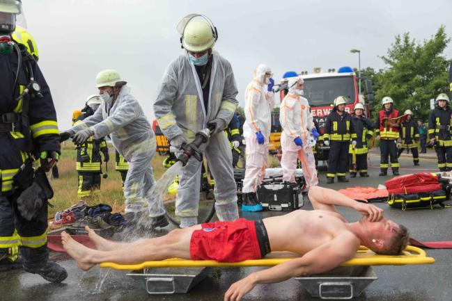 <p>Schwer verletzte Personen wurden mit Wasser abgespritzt und dann dem Rettungsdienst übergeben.</p>