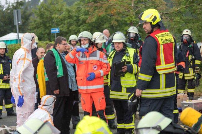 <p>Einsatzkräfte der Feuerwehren, des DRK, der Polizei, des Katastrophenschutzes und des Landesamt für Umwelt, Landwirtschaft und Geologie nahmen teil.</p>