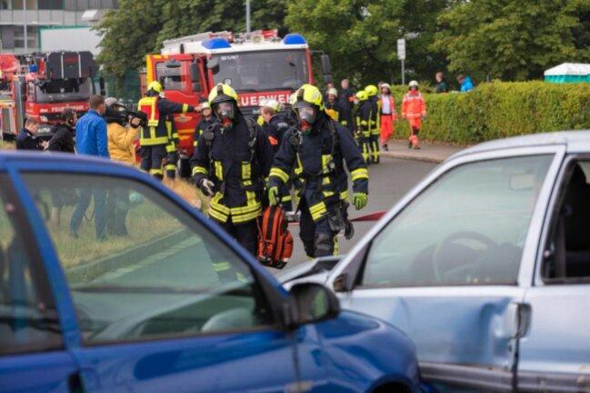<p>Feuerwehrleute nähern sich dem Unfallort mit Atemschutzmasken.</p>
