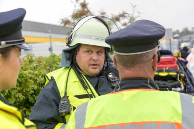 <p>Herr Ladewig erklärt der Polizei was passiert ist.</p>