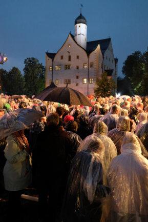 <p>Aufgrund des heftigen Unwetters musste die Aufzeichnung unterbrochen werden. Die Zuschauer wurden gebeten das Gelände zu verlassen.</p>