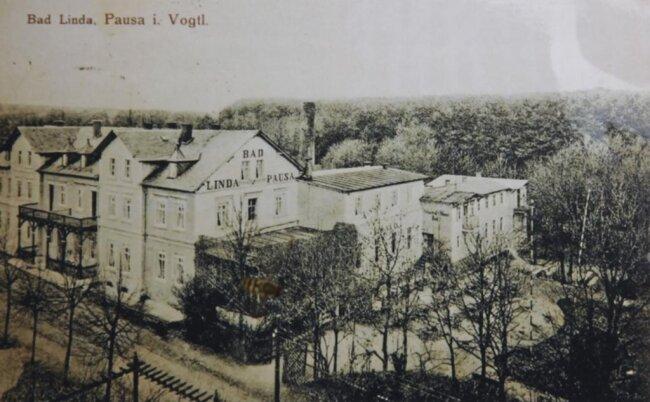 <p>1882 eröffnete das Kurhaus seine Fremdenzimmer mit benachbartem Badetrakt. Neben Moorbädern, Wasseranwendungen und Trinkkuren gab es auch Inhalationen gegen Erkrankungen der Atemwege.</p>