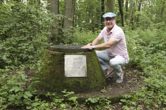 <p>Der aus Leipzig stammende und in Pausa lebende Unternehmer Dirk Förster hat das 13 Hektar große Areal mit Wald, Quelle, Moor, Teichen und Park gekauft. Mit einem Kneipp-Pfad will er das eisenhaltige Heilwasser auch für Besucher erlebbar machen.</p>