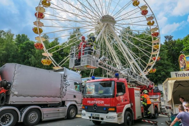 <p>In dem angenommenen Szenario war ein Arbeiter bei Reparaturarbeiten im Riesenrad abgestürzt und hing in 16 Metern Höhe.</p>