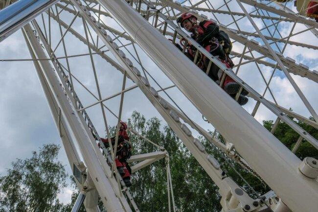 """<p>Besondere Herausforderung bei dem Einsatz waren die vielen Querstreben vom Riesenrad. Vier Einsatzkräfte der Höhenrettung stiegen mit ihrer Ausrüstung am Riesenrad an Leitern hoch zu dem """"Verletzten"""".</p>"""