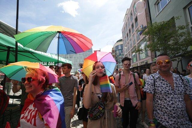 <p>Mit großer Beteiligung und lauter Musik ist die Parade des Christopher Street Day am Samstag um&nbsp;14 Uhr&nbsp;am Chemnitzer Rathaus gestartet.</p>