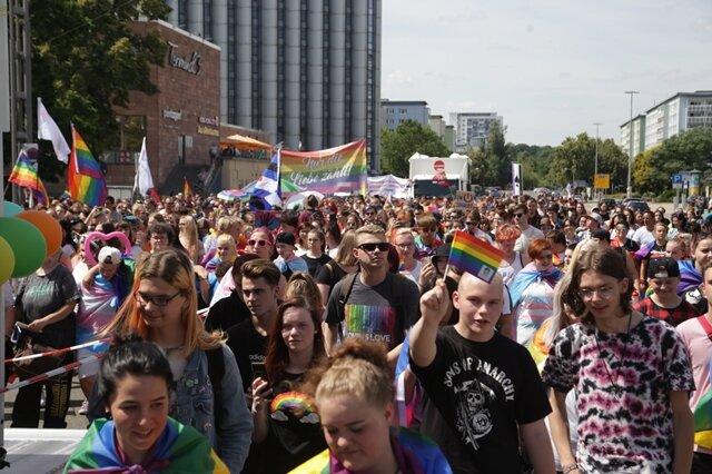 <p>In bunten Kostümen und Fahnen zogen etwa 1000 meist junge Leute durch die Innenstadt.</p>