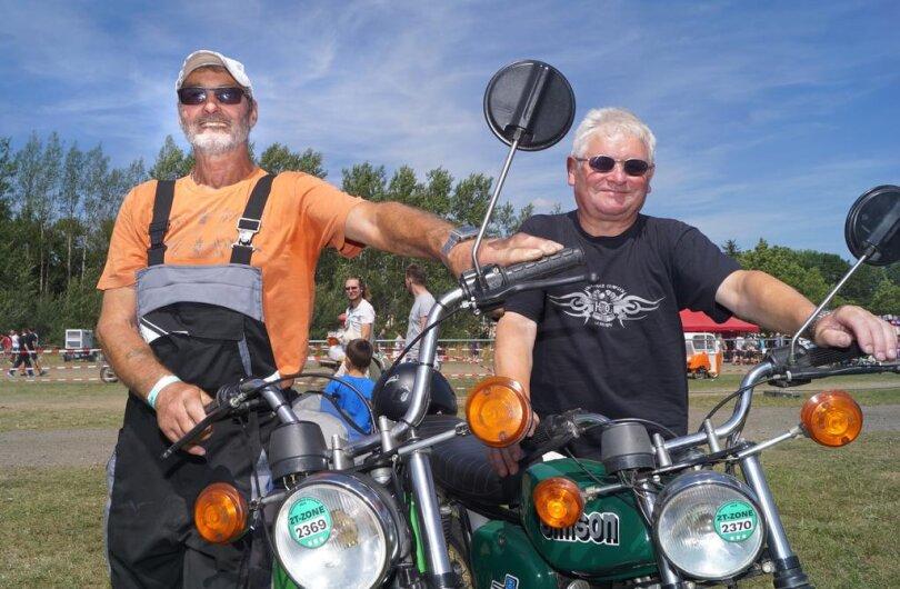 <p>Tausende Mopeds, Sonne und Staub - so feierten von Donnerstag an bis Sonntag Simson-Fans das Kult-Moped auf dem Zwickauer Flugplatz.</p>