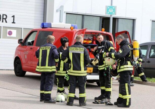 <p>13 Fahrzeuge mit rund 50 Einsatzkräften der freiwilligen Feuerwehren Hohenstein-Ernstthal, Oberlungwitz und Limbach-Oberfrohna rückten an der Halle von Thyssen Krupp an.</p>