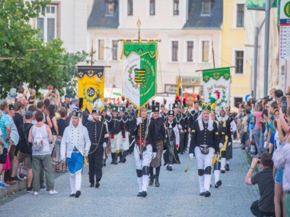 <p>Nach dem Bergaufzug durch die Stadt versammelten sich die Vertreter von 26 Vereinen und drei Bergkapellen sowie zahlreiche Besucher in der St.-Wolfgangs-Kirche.</p>