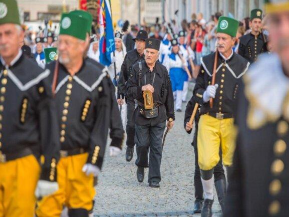<p>Die Tradition geht auf einen Kampf der Schneeberger Knappen zurück, den sie Ende des 15. Jahrhunderts gegen die Kürzung ihres Wochenlohnes führten.</p>