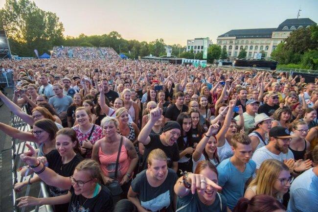 <p>Rund 10.000 Fans kamen am Freitagabend zum Konzert unter freiem Himmel.</p>