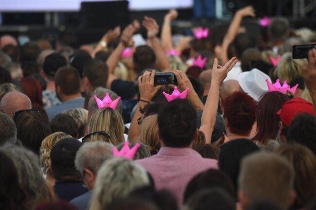 <p>Das Phänomen, dass Schlager, gesungen von Roland Kaiser, tausende Besucher unterschiedlicher Generationen anlockt, hält bereits einige Zeit an.</p>