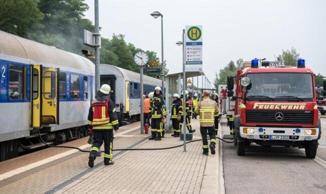 <p>Der Zug der Linie RE6 von Leipzig nach Chemnitz war daraufhin im Bahnhof Narsdorf (Landkreis Leipzig) gestoppt worden.</p>