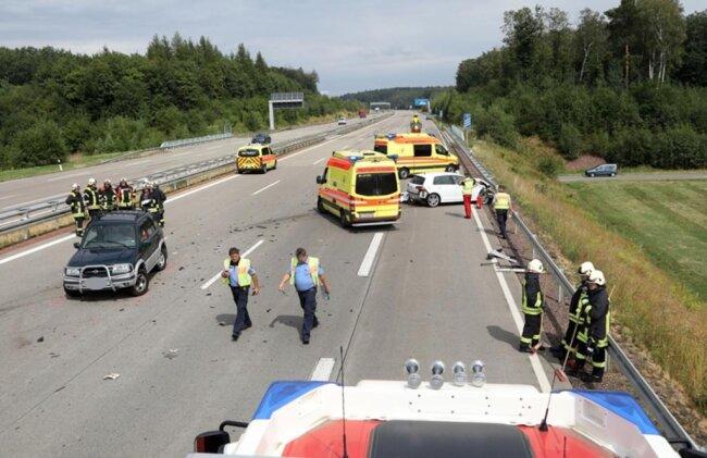 <p>Zu dem Zeitpunkt war zu befürchten, dass die Fahrzeugführer in ihren Autos eingeklemmt sind. Deshalb rückten fünf Fahrzeuge der Wehren aus&nbsp;Hohenstein-Ernstthal&nbsp;und Wüstenbrand mit 19 Einsatzkräften aus.</p>