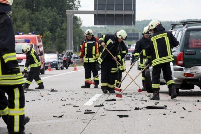<p>Die Feuerwehrmänner klemmten an Ort und Stelle die Batterien der nicht mehr fahrbereiten Autos ab. Für die Bergung der Verletzten und der Fahrzeuge musste die Autobahn für mehr als eine Stunde voll gesperrt werden.&nbsp;</p>