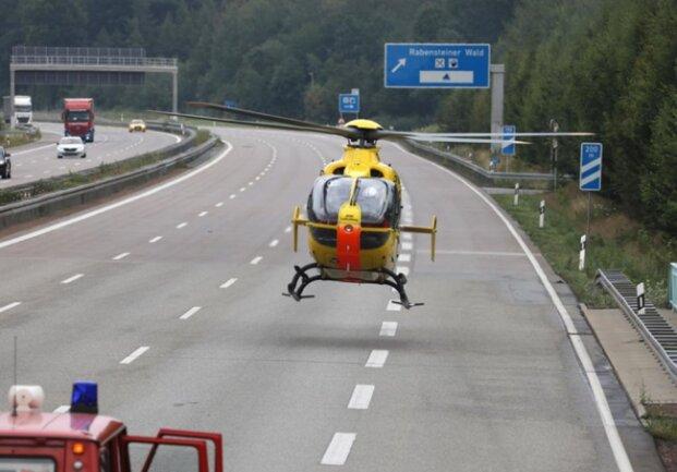 <p>Auch der Rettungshubschrauber wurde an die Unfallstelle beordert, er konnte aber unverrichteter Dinge wieder abfliegen.&nbsp;Die beiden Verletzten wurden per Rettungswagen zur Behandlung ins Krankenhaus gebracht.</p>