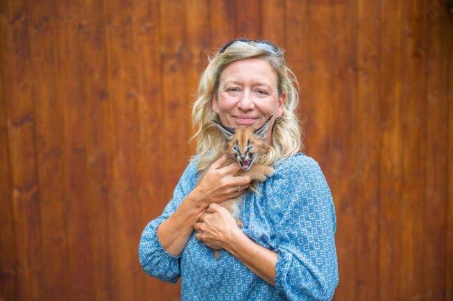 <p>Zoo-Leiterin Bärbel Schroller präsentierte das Tier namens Carlson am Mittwoch erstmals der Öffentlichkeit.&nbsp;</p>