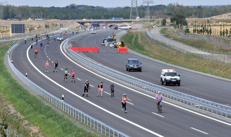 <p>Zunächst ist der rund 9,5 Kilometer lange Abschnitt nur in Fahrtrichtung Chemnitz befahrbar, wie das Landesamt für Straßenbau und Verkehr mitteilte.</p>