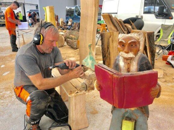 <p>Die lassen sich bei der Arbeit über die Schulter schauen und zeigen, wie aus einem mächtigen Stück Buchenholz stolze Adler, Geier oder Eulen, Vasen, Kerzenständer oder auch Bänke entstehen.&nbsp;</p>