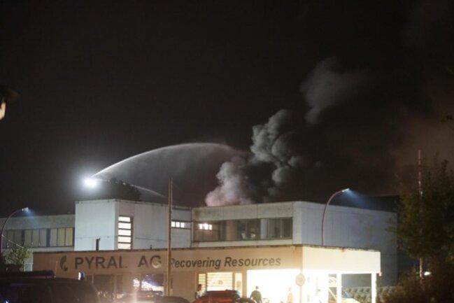 <p>Die Rettungskräfte ließen den vom Brand betroffenen Gebäudeteil kontrolliert abbrennen und verhinderten eine Ausbreitung auf weitere Bereiche der Firma.</p>