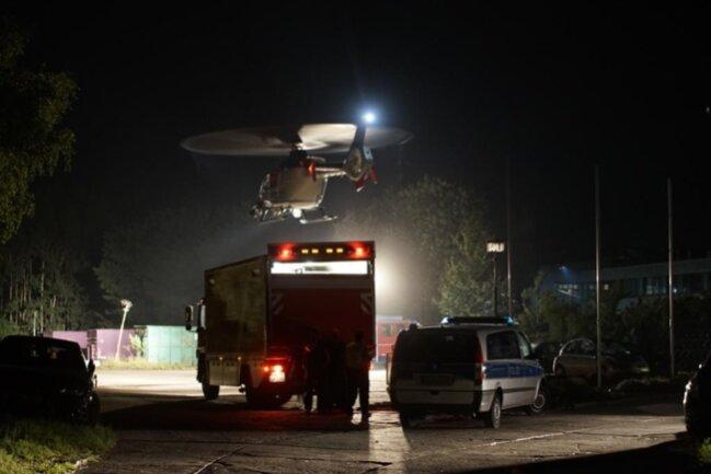 <p>Die Polizei setzte eine Zeitlang auch einen Hubschrauber zur Überwachung des Einsatzes und zur Anfertigung von Luftbildern ein.</p>