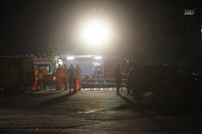 <p>Neben Feuerwehren aus Mittweida und Umgebung war seit Sonntagfrüh auch das Technische Hilfswerk vor Ort, um Sicherungsmaßnahmen an der abgebrannten Halle vorzunehmen.</p>
