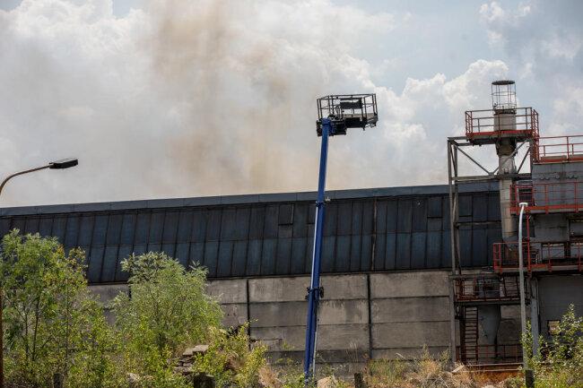 <p>Der Einsatz dauerte am Sonntag an. Brandursachenermittler können sich erst nach Ende der Löscharbeiten ein Bild von der Lage machen.</p>
