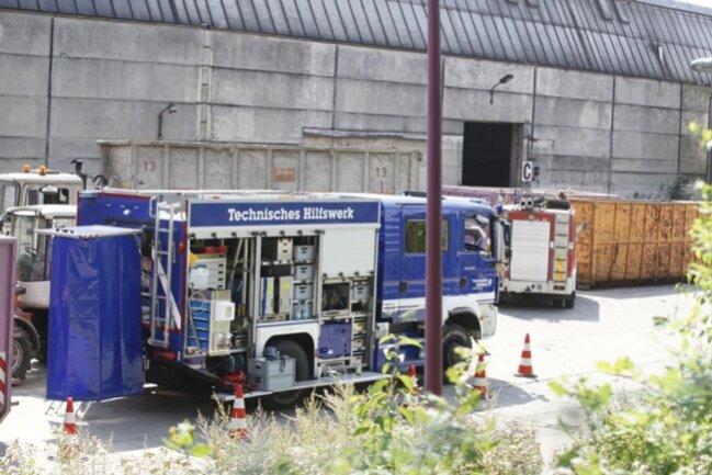 <p>Auch das THW war im Einsatz, um die vom Brand betroffene Halle zu sichern.</p>