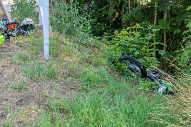 <p>Die Simson-Fahrerin kam von der Straße ab prallte gegen ein Brückengeländer und blieb auf einer Böschung liegen.</p>