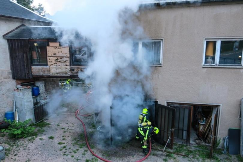 <p>Gegen 5.30 Uhr wurden die Feuerwehren aus Schneeberg und Bad Schlema nach Schneeberg an die Neustädtler Straße gerufen.</p>