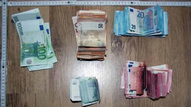 <p>Des Weiteren entdeckten die Beamten knapp 10.000 Euro Bargeld, das aufgrund der szenetypischen Stückelung offenbar aus Drogenverkäufen stammt.&nbsp;</p>  <p>&nbsp;</p>