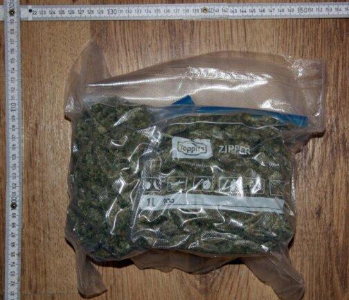 <p>In der Wohnung des 28-Jährigen fanden die Beamten in einem Versteck im Badezimmer knapp 450 Gramm Marihuana, 20 Gramm Haschisch und gut 20 Gramm Speed, außerdem mehr als 30 Gramm Ecstasy sowie 125 Gramm Crystal.&nbsp;</p>