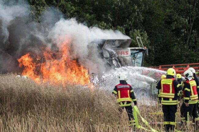 <p>Mit einem Pflug wurde eine Schneise rund um den brennenden Mähdrescher gezogen, um ein Ausbreiten der Flammen zu verhindern.</p>